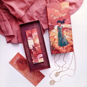 Di Kala Senja 🌅 by @rollover.reaction x @putrimarino . A beautiful collaboration enhancing and embracing the warmth of sunset with their new Chunky! Lip And Cheek Crayon shades Kala and Senja. Packaging beautifully illustrated by @rachelajeng ❤️.....#dikalasenja #flatlay #shotbystevie #collabwithstevie #makeup #lipstick #style #clozetteid #warm #localbrand #rolloverreaction #tampilcantik