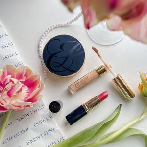 Nothing works like a mood booster like make up does 💕 ....#exploretocreate #flatlay #makeup #esteelauder #esteeID #shotbystevie #style #beauty #clozetteid