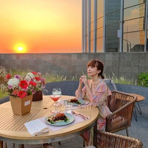 I live for moments like this 🌆 One of the most mesmerizing sunset after a while ! Always felt so blessed and loved whenever I have the chance to catch these kind of view🌾 so heartwarming 🥰 .........#whatiwore #elegant #chic #fashionistas #feminine #steviewears #bloggerstyle #fashion #wiwt #lookoftheday #styleinspo #instastyle #explore #fashionblogger #fashionpeople #style #outfit #trypomelo #clozetteid #zaloraatyleedit #shotoniphone #sunset