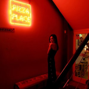 You had me at pizza🍕🍕🍕 . . . . . #clozetteid #beautynesiamember #femaledailynetwork #lykeambassador #tumblr #tumblrgirl #pizza #ledlights