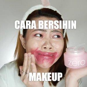Yuhuuu please harus selalu inget buat bersih in makeup se bersih bersih nya yaa guysss Soalnya kalo ga bersih nanti pori kalian tersumbat dan bisa jerawat an. Hiiii gamau kan? 😱 . Produk yg eke pake : • @banilaco_id Clean it Zero • @joylabbeauty Cleansing Water • @pondsindonesia Age Miracle Cleansing Foam . . #flovivi #banilaco #pondsagemiracle #joylabbeauty #joylab #makeup #makeuptutorial #clozetteID