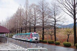 Tokaebi bus : Bus ini akan membawa para penumpang mengelilingi 서울대공원 Seoul Grand Park ( 102 Daegongwongwangjang-ro, Makgye-dong Gwacheon-si, Gyeonggi-do, South Korea )Transportasii : Seoul Grand Park Station (subway line 4) exit 1Jika berkunjung ke korea wajib banget mampir ke sini karena ada beberapa tempat wisata yang bisa dikunjungi dalam satu tempat. Mulai dari Kebun Binatang Seoul Grand Park, Kebun Binatang Anak-Anak, taman bunga, taman hiburan Seoulland, dan Museum Nasional Seni Modern dan Kontemporer, Gwancheon.Biaya masuk ke sini pun gratis. Kita hanya membayar tiket bus saja sebesar 1000 won jika ingin menggunakan bus saat di sini. Jika ingin jalan kaki maka tidak perlu membayar tiket bus.Jika ingin masuk ke beberapa wahana dikenakan biaya yang terjangkau mulai dari 2000 sampai 5000 won (untuk orang dewasa).📸 @nelymotret  #necgoestokorea #clozetteid