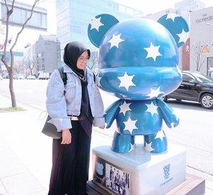 Bahagia itu sederhana ( Nggandeng + foto dengan patung).. Kemudian berfoto dengan @siwonchoi oppa (impian dari dulu) *yang kabarnya udah punya gandengan baru* 👈🏻 #clozetteid