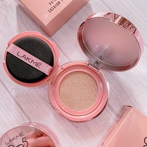 [Swipe left] One of my favorite good-affordable brand, @lakmemakeup now has launched 9to5 REINVENT PRIMER + MATTE CUSHION FOUNDATION : ✨ Luxury mirror rose gold case. ✨ Lightweight. ✨ Primer + foundation. ✨ Medium to high coverage. ✨ Velvet matte result. ✨ Blends easily. ✨ Good staying power. ✨ Affordable price ( IDR 179K / around $12.70 ). . . Tone wise, it might be too warm for some people, but it's perfect as everyday cushion. Read the full review of this cushion on www.chelsheaflo.com because it's airing now, link on my bio 😄✨. . . #lakmemakeup #cushionserbabisa #lakmexclozetteidreview #clozetteidreview #ClozetteID #beautyreview
