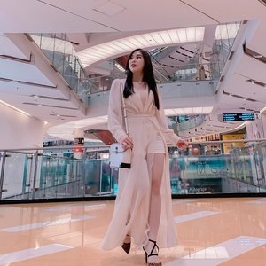 [Tips] How to wear maxi dress for petite ladies : 💖 Choose light, soft fabric ( chiffon, soft crepe, satin, etc ). 💖 V neckline instead of round / high neckline ( to make your neck slightly longer ). 💖 Make sure your dress has slit ( front / side ) to show-off your leg so it looks taller. . . #ootd #styleideas #fashion #maxidress #ClozetteID