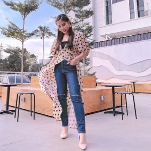 Nggak harus 165 cm++ kok kalo mau kelihatan stylish pakai maxi dress & celana panjang 😊.  Untuk tips lengkapnya cek di www.chelsheaflo.com ya.  #stylingtips #stylingidea #ootd #fashionbloggerindonesia #ClozetteID