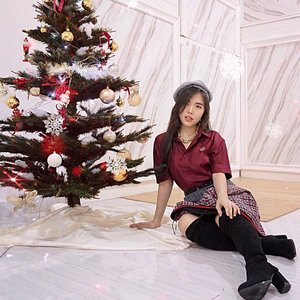 Am so ready for Christmas, what about you? 🎄  Going preppy chic for Christmas with @koyuindonesia 's maroon shirt from their latest Holiday Collection , super comfy! ❤️  #ootd #fashionbloggerindonesia #stylingideas #collaboratewithcflo #ClozetteID