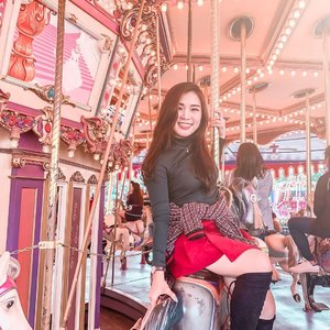 People are the nicest when they are smiling. So, let's smile more often 😊. . . #themepark #disneylandhongkong #disneyland #christmasoutfit #ClozetteID #shoxsquad #autumnoutfit #holidayoutfit #styleideas @shoxfashionid #coloursindonesia