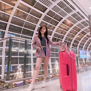 Airport Outfit : Glen plaid blazer with striped cropped top, jeans, and sneakers.  Opt for legging if you avoid wearing shorts 😄. . . #ootd #fashion #styleideas #collaboratewithcflo #ClozetteID #ShoxSquad @shoxfashionid
