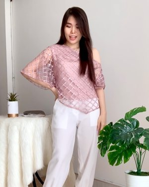 Some outfit recommendations to look chic & stylish in few minutes ✌️. The key is to wear statement top and you're all set ! ✨  👚: @esye_official .  #stylingideas #fashionbloggerindonesia #ClozetteID