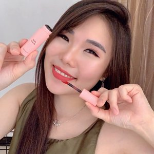 This one is for you Korean lovers 💕.Recently I've been addicted to @milktouch_official 's TOUCH MY LIP and here is my verdict:🥛Ultra cute packaging (it's really cute!)🥛Light texture & super pigmented.🥛 Matte,velvet finish.🥛Feeling smooth & soft after application.🥛The color slightly brighter and more like red rather than pink, but after several hours the color slowly turns to pink.🥛Slightly transferable, but doesn't dry my lips at all...SHADE : #2 ROSE PINK.For a cute, sweet look ☺️..You can get this too at @hicharis_official . And for a cheaper deal, use this link:http://hicharis.net/chelsheaflo/Nmv..#hicharis #hicharisoffcial #lipcream #milktouch #koreanmakeup #koreanbrand #collaboratewithcflo #ClozetteID