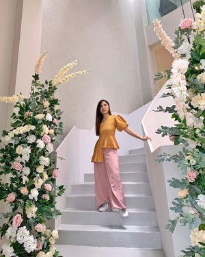 My face when I was surrounded by beautiful flowers 🌸👀. What about you? 😋  Flower decoration: @clara.decoration  📍: @milieu.space   #stylingideas #springoutfit #ClozetteID