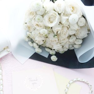 White rose means : purity, innocence, sympathy, spirituality. But for this person who knows me better, since white is my favorite, there will be no problem of giving me white rose bouquet! ☺️. Happy Sunday anyway 💕.-#flowerbouquet #ClozetteID