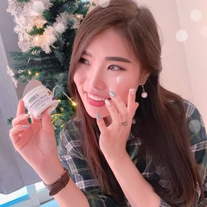 @kiehlsid 's holiday & gifting collection is finally here! Can't resist this super cute Ultra Facial Cream tube illustrated by Janine Rewell ☃️. Besides its enchanting packaging, this facial cream is really does a good job for my dry skin!🎁 Lightweight texture, soft-pleasant scent.🎁 Easily absorbed into skin.🎁 Very moisturizing with no greasy at all.🎁 Skin feels smooth, soft, hydrated.🎁 Economic, 3 dabs for whole face & neck...Find other Kiehl's holiday collection at any Kiehl's official store and website, but you better get hurry because the quantity is very limited 😉🎁...#KiehlsID #KiehlsHoliday #ClozetteIDReview #ClozetteIDxKiehls #ClozetteID