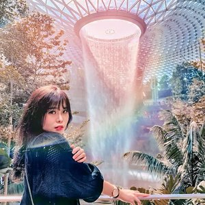 Reminiscing one of the best moment in Singapore. Feels like I can stay here forever �...Fyi, fringe/front bangs is going to be back in trend this 2020. Shall we.....? 😄...#jewelchangi #singapore #jewelsingapore #ClozetteID