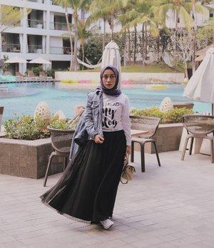 Pose Milea pas lagi nunggu dijemput Dilan @iqbaal.e, untuk momotoran. . Eh yang datang malah Dyan ... ya kann 🤭. . Yang ada nggak jadi momotoran, malah diajak Dyan ke pelaminan *eh 😂😂. . . . Kang Motret : Dyan bukan anak Instagram 🤭😂 . . . . .  #ootdindokece #ootdhijab #ootdindonesia #hijabootdindo #hijabfashionstyle #clozetteid #hijaberindonesia #denimjackets  #tutuskirts #bloggerperempuan #bloggerindonesia