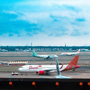 ~ F L Y ~ .  Terbang mengajarkan kita, setinggi apapun kamu terbang akhirnya harus landing juga. .  Travelling mengajarkan kita, Sejauh apapun kamu pergi akhirnya harus pulang juga. (Buat isi token listrik yang udah mulai bunyi nging nging nging ganggu tetangga 🤭). .  Cinta mengajarkan kita, walaupun terpisah ratusan purnama kalau jodoh pasti bertemu lagi sama Rangga. *eaaa. . . . . . . . . . . . . . . . . . . . . . . . . . . . . . . .  #bloggermakassar #bloggerperempuan #bloggerindonesia #garagarainstagram #raw_indonesia #airportmoments #airport #wow_indonesia #travelblogger #fillyawietraveldiary #Clozetteid #travelphotography #madewithstories #suddenlycinematic #traveldestination  #cameraindonesia #geonusantara #instanusantara #travelgram #airportphotography  #bandarasoekarnohatta #wonderfulindonesia #travelling #bandara #edukasiintagram #canonphotography #canonm5