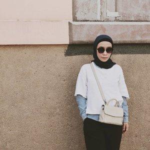 Assalamualaikum, Teteh Awie lagi sukak banget pakai tas ukuran mini cute imut2 kek teteh 😬🤭.🌟Alhamdulillah nemu #indonesianbrand yang bikin tas kece dari kulit sapi. Akhirnya tas Mini Sola ini jadi current favorite teteh.🌟Kenapa pilih tas dari #kaynn , karena bahannya asli kulit plus designnya kece2 dan beda dari tas merek lainnya.🌟Design tas punya teh @meytanayu ini klasik, timeless ada juga sih design yang kekinian. Ukurannya pun beragam banget, jadi bisa disesuaikan dengan selera kalian.🌟Nah untuk kalian yang lagi cari2 tas kece #madeinindonesia sok atuh kepoin akunnya. Klik aja linknya di foto.🌟Teteh mah bangga pakai produk Indonesia, bagaimana dengan kalian ???.........#clozetteid #fashion #fashionstyle .#hijabfashion #hijabi #hijabootd #hijabindonesia #hijabootdindo #ootd💗  #fashionista #fashionable #bloggermakassar #fashionblogger #bloggerlifestyle #fillyawiefashionreview #hijabinsta #localbrand #localbrandindonesia #indonesiafashionblogger #instagram #vscofilter #vsco #vscoedit #instagramers #bloggerindonesia #ootdindokece .#bloggerindonesia #streetfashion