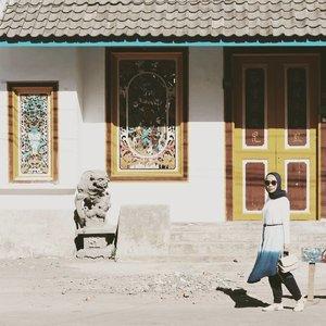 """Sejarah adalah identitas diri, orang2 yang merupakan sejarah berarti melupakan identitasnya.🌟Bicara tentang sejarah, beberapa waktu lalu saya diundang untuk menghadiri sebuah seminar mengenai pentingnya memelihara dan mempertahankan situs sejarah yang ada di Kota Makassar. 🌟Selain seminar kami juga diajak untuk berkeliling di kawasan Pecinan Makassar, sambil diceritakan kembali tentang sejarah kawasan pecinan..Anak Tangsel ini bahagia banget bisa tahu lebih banyak tentang sejarag kota Makassar dan kawasan Pecinan..Makassar, kota yang saat ini jadi persinggahan sementara bagi saya. 🤗💖 🌟Ya kann, seperti kata lagu opa dan oma, """"Ke Jakarta aku kan kembali iiii, walaupun apa yang kan terjadi..."""" 😂 🌟Cerita tentang sejarah dan Pelestarian Cagar Budaya Kota Makassar sudah saya tuliskan di www.fillyawie.com.Sok atulah mampir2 ke sana, jangan lupa tinggalin jejak biar saya bisa mampir dan silaturahmi ke blog kalian juga 🤗🙏. 🌟Hayo yang ngaku anak Makassar ada yang bisa tebak nggak, apakah nama tempat yang saya jadikan background foto ini ??........#hijabfashion #travelwithstyle #hijabootd #hijabindonesia #hijabootdindo #ootd💗 #fashion #fashionista #fashionable #bloggerperempuan #bloggermakassar #fashionblogger #bloggerlifestyle #bloggerslife #hijabinsta  #bromotenggersemeru #indonesiafashionblogger #instagram #vscofilter #klenteng #vscoedit #instagramers #bloggerindonesia #ootdindokece #clozetteid #clozette .#makassar #makassarhits #visitmakassar #pecinan ."""