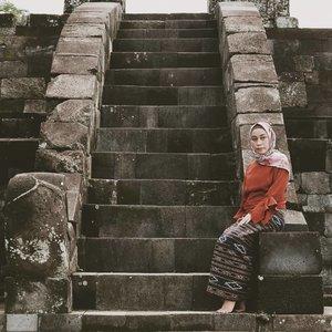 Istana Ratu Boko banyak dikaitakan dengan legenda cerita Loro Jonggrang dan Bandung Bondowoso.🌟Datang ke tempat ini sempat membuat saya berfikir, seperti inikah tempat tinggal sang putri yang terkenal akan kecantikannya itu.🌟Keraton yang terletak disebuah bukit, yang pastinya kalau datang ke sini kalian harus siap menghadapi medan jalan menanjak dan menurun. Lumayan sambil olah raga.🌟Perjalanan yang berliku itu sepadan banget dengan pemandangan yang akan kalian saksikan.🌟Indahnya reruntuhan Keraton Ratu Boko bisa membuat fikiran kalian liar memikirkan gambaran keraton raja pada zaman dulu. Belum lagi pemandangan Gunung Merapi dan Prambanan pun bisa terlihat dari sini.🌟Sudahkah kalian datang ke sini ? ......#hijabfashion #hijabi #hijabootd #hijabindonesia #hijabootdindo #ootd💗 #fashion #fashionista #bloggerperempuan #bloggermakassar #fashionblogger #bloggerlifestyle #bloggerslife #hijabinsta #localbrand #localbrandindonesia #indonesiafashionblogger #instagram #vscofilter #vsco #vscoedit #instagramers #bloggerindonesia #ootdindokece #clozetteid #clozette .#ootd #travelgrams #travel #travelling