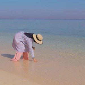 "~Menyelam ~.Pantai seindah ini hanya berjarak 45 menit saja dari Kota Makassar..Airnya yang jernih bakalan bikin kamu amaze, kayak lagi liat giant aquarium. Cuma bedanya aquarium ini nggak pakai kaca dan bisa untuk dipakai berenang..Kalau cuma berenang saja kayaknya rugi sih, mending sekalian snorkeling ke tengah pantai berkarang..Tenang spot snorkeling cuma kedalaman 4-6 meter doang qo, mau snorkeling sambil dive ke dalam juga inshallah masih aman..Yuks wisata ke laut Indonesia, menyelamlah dan tengoklah habitat lautnya yang indah.Menyelam di lautan adalah pelajaran yang harus kita lakukan sebelum masuk ke SKS mata kuliah "" Menyelami Hati Adek""..Selamat menyelam ...... ..#indonesia_photography #indonesia_aperture #wow_indonesia #kodingarengkeke #visit_sulsel #makassar_info #raw_indonesia #geo_nusantara #geonusantara #instanusantara #fillyawietraveldiary #clozetteid #hijabtravellers"