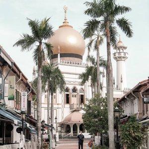 - Selamat Idul Fitri 2020 -.Bulan puasa sudah dilewati. Alhamdulillah sampai juga di hari Lebaran. Untuk itu ijinkan saya mengucap selamat Idul FitriMohon maaf lahir dan bathin.Lebaran di rumah saja.Inshaallah tetap terasa istimewa.Jangan lengah tetaplah waspada.Saat bersilaturahmi, pakai teroosss maskernya 😷 🙏🙏.........#lebaran2020#sultanmosque #sultanmosquesingapore#hajilane #visitsingapore#madewithstories #raw_indonesia #garagarainstagram #creativemultiplepost. #destinationsingapore#singaporetravel #canonphotography . #travelgainers #travelphotography #hijabers_indonesia #traveldestination #hijabtraveler #kampungglam  #travelgram #singaporetravel #instagramstories  #fillyawietraveldiary #clozetteid