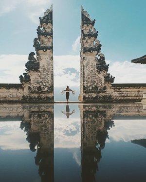 "Pura Lempuyangan Luhur🌟Pura Lempuyangan berada di desa Karangasem, Bali. Berjarak lebih dari 80km dari Kota Denpasar, ibu kota provinsi Bali.🌟Di area Pura Lempuyangan ini terdapat 7 Pura Suci, yang merupakan salah satu Pura tertua yang ada di Bali..Untuk bisa mengeksplor semua Pura yang ada di sini diperlukan waktu sekitar 4jam, begitu kata Bli yang berjaga di pos masuk..Kebanyakan wisatawan yang datang ke sini sih, tujuannya ingin berfoto di "" Gerbang menuju Surga"" yang sangat famous di jagad instagram.🌟Gateway to Heaven, berada di Pura pertama yang posisinya ada di bagian paling bawah. Artinya tempat ini adalah tempat pertama yang akan kita temui ketika masuk ke area Pura.🌟Ketika memasuki area Pura Lempuyangan, wisatawan diwajibkan menggunakan sarung/Kain. Kalau kalian nggak bawa sarung, di pos masuk ada tempat penyewaan sarung dengan harga 10K/sarung.🌟Sedangkan tiket masuknya tidak dipatok harga, boleh seikhlasnya saja.🌟Jarak Gateway to Heaven cukup dekat dari pos masuk, hanya saja jalanannya menanjak tajam. Jadi lumayan ngosngosan.🌟Untuk bisa foto di gateaway to heaven ini dibutuhkan kesabaran yang sangat tinggi. Karena antriannya luar biasa mengular panjangnya. Untuk mendapatkan giliran berfoto dibutuhkan waktu lebih dari 1.5jam, ya pokoknya harus sabar2.🌟Trus bagaimana bisa mendapatkan foto ciamik seperti ini ?.Tenang kalian tinggal serahkan HP pada Bli yang bertugas memotret, tidak dikenakan biaya potret sama sekali. Tapi boleh memberikan tips seikhlasnya.🌟Di area jalan menuju Pura terdapat banyak orang berjualan, utamanya jualan buah2an. Pun ada toilet umum tidak jauh dari area pintu masuk. 🌟Jadi nggak perlu khawatir kalau kehausan, kelaparan atau ingin kebelakang.Yang penting siapkan mental dan stamina untuk ngantre berjam-jam.🌟Selamat berkunjung ke sini... #clozetteid #travel #traveldestination#halu #bloggerindonesia #travelblogger#puralempuyang #puralempuyanganluhur #wonderfulindonesia #pesonaindonesia #bali #destinasiindonesia #balitravel #baliholiday..#"