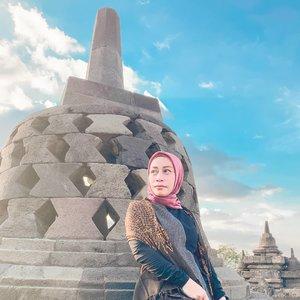 - Buddha Mahayana - . Seharian ini saya bolak balik mencari informasi tentang Candhi Borobudur, kebingungan saya berawal ketika saya baca bahwa Borobudur dibangun pada masa Kerajaan Mataram Kuno atau Kerajaan Mataram Hindu. . Seorang sejarawan J. G de Caspar is memperkirakan Candhi Borobudur dibangun pada tahun 824 M, oleh Raja Mataram dari Wangsa Syailendra yang bernama Samaratungga. . Lalu muncul pertanyaan dibenak saya, Kerajaan Mataram Hindu kenapa membangun Candi dengan Stupa Sang Buddha? . Akhirnya saya mencari jawaban lewat artikel Wikipedia dan artikel online lainnya, disebutkan bahwa : Raja Medang (Mataram Kuno) pertama yaitu Raja Sanjaya, menganut agama Hindu aliran Siwa. Yang bertahta dari tahun 1732-1770an. Kemudian pada tahun 1770-an kekuasaan Kerajaan Medang direbut oleh Wangsa Syailendra yang beragama Buddha Mahayana. . Pembangunan Candhi Borobudur diperkirakan memakan waktu setengah abad, pembangunan berakhir pada masa pemerintahan Ratu Pramudawardhani, putri dari Raja Samaratungga. . Akhirnya ke-kepoan saya terjawab, semoga informasi yang saya dapat benar adanya. Kindly Cmiiw 🙏. . Menjadi seorang Blogger dan content creator memang dituntut rajin membaca dan mencari informasi sebanyak mungkin. Agar berita atau cerita yang kita bagikan tidak hanya bermanfaat tapi juga bisa dipertanggung jawaban kebenarannya. . Bloggers dan Content Creator mana suaranya?? ☝️☝️😘 📸 @ashraf_suhaimi @ticjogjakota . . #hut263jogja #jogjawelcomesyou #jogjafamtrip2019 #jogjaistimewa  #jogjaupdate #jogjainfo #ootdindokece #batikcantik #ootdbatik #batikmurah #hijabootdindo #hijabbloggers #hijabfashion #batikootd #fillyawietraveldiary #Clozetteid #travelphotography #madewithstories #suddenlycinematic #ootdhijab #jalanjalanjogja #jogjahits #cameraindonesia #ootdindokece #instanusantara