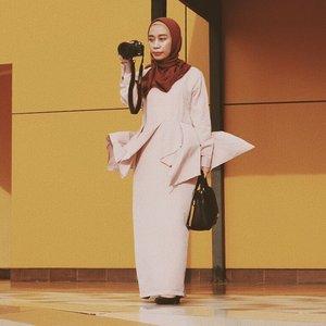 Jadi perempuan zaman now itu strong 💪🏽. Nggak cuma alis dan lipstik yang strong, tapi tangan pun harus terlatih memegang camera #canonm5 dan #35mmlens dengan satu tangan 😁🤣. .⭐️Biar tangan megang kamera tapi tetep kudu gaya tsayyy. Ootd ku kali ini bertemakan klasik. Dress klasik dengan aksen peplum di bagian pinggang berwarna ungu pastel. Aku padankan dengan hijab polos warna marun.⭐️Potongan dress kayak gini lumayan bikin saya terlihat berisi alias bohay 🤭😆. Untuk kalian yang badannya ingin terlihat berisi, selain harus banyak makan cobalah kenakan baju dengan aksen peplum seperti ini. Aksen peplum akan menambahkan volume di bagian pinggang. Pinggang yang kecil akan terlihat jadi lebih berisi.⭐️Gemana cucok meong nggak gaes 😬?.#eosm100xmaudy #eosm100vintage #lifeisfashion #canonootd ..Photo : @qiahladkiya..Yuks ikutan @pratiwi_a @qiahladkiya @e_maronie ......#lifestyleblogger #lifestylephotography #lifestyle #lifestylecoach #lifestylechoice #travelblogger #travelgram #ootdfashion #clozetteid #ootd #ootdindo #hijab #hijabfashion #hijabootd #hijabootdindo #vsco #vscofilter #lifestyleinfluencer #fashionblogger #fashionable #localbrand #hijabi #fashionista