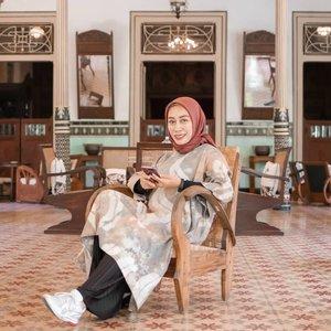 Bangunan lawas memang selalu menarik untuk didatangi pun menantang untuk dikuak cerita sejarah dan asal usulnya. . Saat ke Kota Gede kemarin saya beruntung sekali bisa merasakan makan siang di salah satu bangunan kuno yang berdiri sejak tahun 1857. . Bangunan ini bernama Ndalem Natan,  guesthouse dan gallery yang dulunya merupakan rumah tinggal. Walaupun sudah berusia 162 tahun dan sempat hancur pada saat gempa melanda Yogyakarta pada Mei 2016. Tapi keberadaan rumah ini mampu menggambarkan keelokan rumah tinggal yang mewah dan mewah di era-nya.  Bagaikan seorang time traveler, saya pun seperti  merasakan makan siang di rumah seorang saudagar perak Kota Gede. . . . . .  #fillyawietraveldiary #Clozetteid #travelphotography #madewithstories #suddenlycinematic #ootdhijab #jalanjalanjogja #jogjahits #cameraindonesia #ootdindokece #instanusantara #jogjawelcomesyou #jogjaistimewa #jogjamedia #jogjahits #creativemultiplepost #instagrammagazine