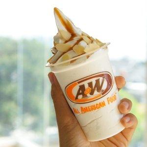 Eits bukan hanya itu ada juga dessert dingin lembut dengan #PeanutButterAlmondMagic hadir dalam 4 pilihan menu : 💗 Sundae Peanut Butter Almond Rp. 98.000,- 💙 Milkshake Peanut Butter Almond Rp. 26.000,- 💛 Waffle Ice Cream Peanut Butter Almond (Small : Rp. 32.000 - Regular : Rp. 39.000,-) . #food #blogger #foodblogger #foofporn #style #lifestyle #bestoftheday #ClozetteId #likesforlikes #picoftheday #instagood