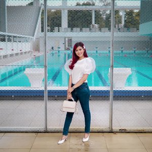 Kalau lagi puasa siang-siang gini liat kolam renang ko bawaannya pengen nyemplung aku tuh hahaha... Sabar ya jam 6 juga buka puasa 💋 . 👕 @jktbutik 👖 @morphidaeid . #ootd #Fashion #clozetteid #style #lifestyleblogger #lifestyle #outfitoftheday #whatiwear