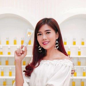 Today @ahc.global sudah hadir di Indonesia. This is No.1 Asthetic Skin Care Brand Korea. Jadi skincare @koreanaestheticskincare_id berawal dari ilmu klinik aesthetic Korea dan dipercaya para dermatology & selebriti di Seoul. . Hari ini memperkenalkan Eye cream for face yang perupakan inovasi terdepan dari AHC, yaitu krim dengan konsentrasi setara dengan krim mata, kini diformilasikan untuk seluruh wajah � . Ada 2 varian Eye Cream for Face yang dibawa ke Indonesia : 1. The real eye cream for face 2. Perfecting eye cream for face . Next aku akan cobain dan share gimana hasilnya ya... . Oya produk ini sudah tersedia di @watsonsindo & @sociolla 👌�jadi cuss cobain juga yuk! . @beautyjournal #AHCBeautylndonesia #HolisticBeauty #beauty #skincare #lifestyle #clozetteid