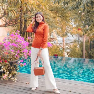 Being a mom is hard, It's important to remember that life is hectic and unpredictable.💪🏼 . Wearing top Suri Turtleneck in Terracotta & Anaz Premium Culotte in white from @monomolly.id 🧡🧡🧡 . #JoinTheTrend #monomolly #ClozetteID #lifestyle #style #ootd #fashion