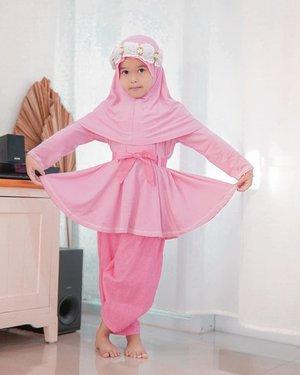 Ramadhan kali ini kaka Safa happy banget punya baju dari @littlebeeboutique yang bagus modelnya. Kaka safa suka banget dibagian kepala aksesorisnya bisa jadi kaya princessn lhooo 👸 apalagi bahannya adem dan nyaman dipakai untuk sehari-hari. Pokoknya sangat recommended deh👌🏼buat mom yang lagi cari baju muslim buat si Kecil..Nah mom buat lihat koleksinya yuk cek langsung di @littlebeeboutique 😉.#clozetteid #lifestyle #style #safairavi #safaira #ootd #Fashion #bajuanak