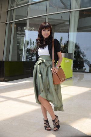 My outfit on the last event I used white tank top, black bolero, green assymetric skirt, brown vintage bag, and the last black & brown heels :) # ootd #clozetteid