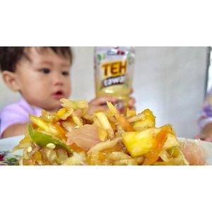 Siang-siang ini seger ya makan rujak PLUS Ichitan Teh Tawar, siapa suka tunjuk jari ???.Ambil foto ini rebutan sama Nafeesa yang penasaran juga 😂..#ichitangroup #ichitantehtawar #clozette #clozetteid #clozetter