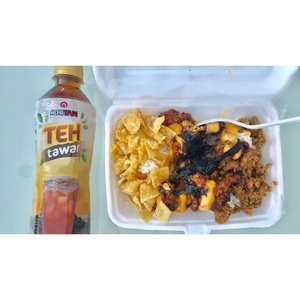 Happy SaturYay 🤗Makan siang Ayam Paikut lebih nikmat ditemani si teh tawar dari Ichitan 😍.Jangan lupa sebelum diminum, cek dulu tutup botolnya siapa tau kamu beruntung dapet hadiah milyaran rupiah 💸...#HappyWeekend #clozette #clozetter #clozetteid #idemakansiang