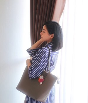 Going casual wearing malta tote bag from @celestinopanzeri in choco chips.-Love the details which is made from synthetic leather with quite large space ( 32.5 x 13 x 28.5 cm ) in it yet suitable for daily look.Swipe for details ! ✨