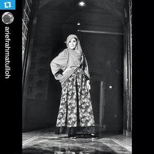 #Repost @ariefrahmatulloh ・・・ Model : @melsapputri  Mua : @wynaarini  Dress : @tazkyabywina  hijabstylist : @rullysalim #bw #blacknwhite #vsco #vscocam #hijab #tazkyaphotocontest #clozetteID