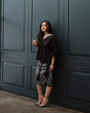 Weekend ready in @missechic oversized top 🖤 also wearing pretty skirt @nna_fashion_official from @styletheoryid #womenofstyletheory #styletheoryid