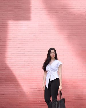 That pink wall 💗  More on my blog: https://www.whatwelike.co/blog/4031/4-simple-rules-to-dress-for-success