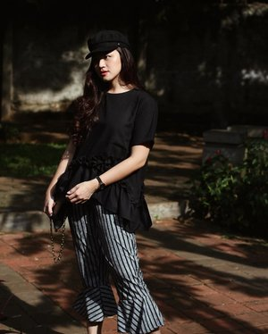 Wearing black makes me smile inside 😌 got my top and bottom from @miroirstore #miroirlook #tiffstylediaries