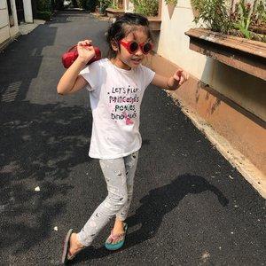 Happy weekend y'all 😎..🕶🍓 from: @tacanglalababy. .👚 : @mothercareindo .. 👖 : @hm .. 👡 : @disneyindonesia ..#weekend #weekendvibes #kidsootd #alwayssummerinjakarta #alwayssummerhere #instakidootd #instakids #kidsofinstagram #kidsstyle #kidsfashion #myfirstborn #raneiratsuraya #clozetteid #kidsgram #bigsister #kidsfashionindonesia