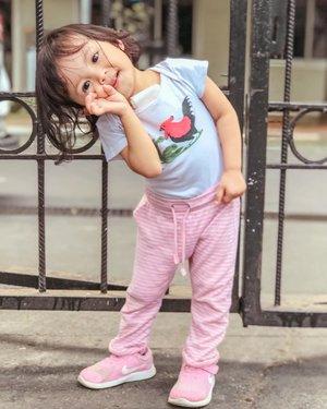 Selamat hari sabtu dr bayi mangkok ayam 🐓 Pagi2 sekeluarga udah nemenin abah ngajar krn anak bayi ngga mau ditinggal 😅 Selamat menikmati waktu bareng keluarga yaa ♥️PS: liat ini mamih jd pengen makan mie ayam 🐓🥬🍜#kesayanga  #mysecondborn #babygirl #babysister #instababy #babyofinstagram #babygirlstyle #babylove #loveofmylife #clozetteid #raneyshailiana #secondlove #secondborn #babygirl #littlesister #babygram