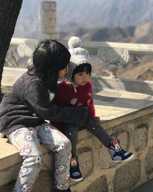 S: Jadi kita jauh2 ke sini cuma buat liat tembok doang teh? R: Iya dek, yg sabar ya.. Teteh malah udah 2x ke sini, ngga tau mau ngapain Me: 🤪🤪  Great Wall ternyata udah lbh tertata dibanding waktu kami ke sini thn 2014. Jalannya relatif lbh sedikit jadi bisa naik ke atas lbh banyak, tp ttp aja abis itu gempor, sakit kaki, encok, lemah, letih, lesu 😅😅  Masih ada salju sedikit pas kami ke sana, mayan, jadi Raya tau kayak gmn bentuknya salju   Tiap ke Beijing knp harus ke Great Wall? Karena menikmati salah satu keajaiban dunia itu ngga cukup kalau sekali doang 😌  #whileinbeijing #greatwall #greatwallofchina #mutianyugreatwall #familytrip #travel #citizenoftheworld #travelwithkids #kidstravel #kidshairstyles #beijingtrip #clozetteid #familytravel #travelingwithkids #parenthood #beijingwithkids