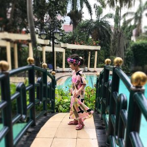 Dancing in the rain... 💃🏼 Acara ultahnya outdoor, Raya lebih bebas dan nyaman pake kaftan dari @littlekissesbighugs karena lebar jd ngga gerah & gampang bergerak... loveeee pokoknya 💕🌸🌺 . . #raneiratsuraya #instakids #kidsfashion #kidsgram #kidsofinstagram #happykids #toddlerfashion #toddlergram #instatoddler #toddlergirls #toddlerfun #toddlertime #toddlerzone #toddlerparty #kaftankids #kesayangan #clozetteid #toddleryears #toddlerstyle #toddlerootd #kidsootd
