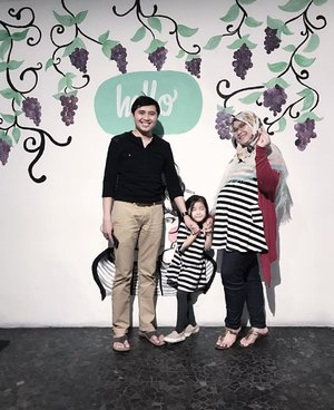 Kesempatan yg langka... Foto ber-3 😅 ((Perut gendut anet brasa 🤡)) 👨🏻👧🏻👩🏻 . .  #familyportrait #clozetteid #familytrip #familypic #instafam #instatravel #travelingwithkid #travelgram #yogyaresto #raisinkitchen #travelyogya #jelajahkuliner #yogyaculinary #familylook #familystyle #pregobelly #pregostyle #babymoon #patpatshoping #pregnancybelly #pregnancybump #pregotravels