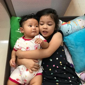 Sisterhood 💕.Raya: let me hug you forever and ever dek.. .Shasha: huh? Eeerrrr... teh, gerah nih.....#sisterhood #sibling #sister #raneiratsuraya #raneyshailiana #firstlove #secondlove #clozetteid #sisterlove #bff #instasister #sistergram #sisterrules #sisterforlife #raneiratsuraya #raneyshailiana #firstborn #secondborn