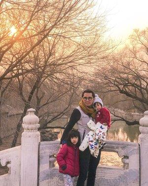 """""""Siapa yang diuji dengan kehadiran anak perempuan, maka anak itu akan menjadi pelindung baginya di neraka"""". (HR Ahmad)   PS: jawaban buat yg bilang idealnya itu punya anak laki2 & perempuan 😌  #quoteoftheday #family #kesayangan #loveofmylife #clozetteid #latepost #whileinbeijing #summerpalace #travelgram #instaplace #instafamilytravel #familytravel #travelwithkids #citizenoftheworld #ramadhankareem"""